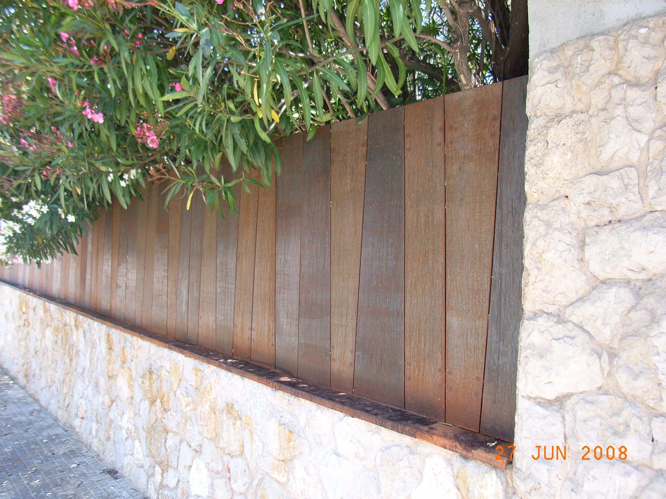 Valla corten irregular metallcat for Vallas de hierro para jardin